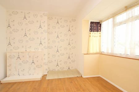 Great private room near Heathrow - West Drayton