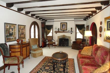 Rustic Elegance - European Tudor Home - Ház