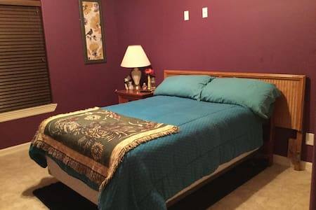 cozy, private bedroom & bathroom - Edinburg - Casa