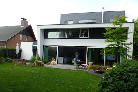Spacious modern house in green - Haus
