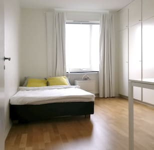 Perfect room 10 minutes away from the city center. - Solna