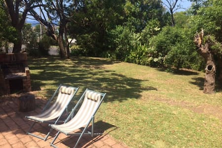 Private & leafy, minutes from beach - Apartment