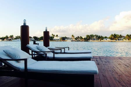 Stunning Miami Beach Waterfront Villa - Miami Beach