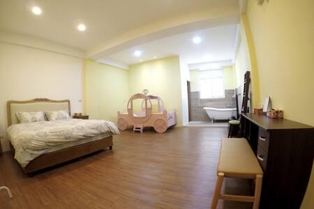 Big room for 2-3 near city center 雙人or三人小家庭 近市中心 - Ház
