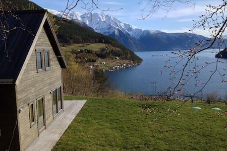 Prestestova, fjord og fjell i stua - Rumah
