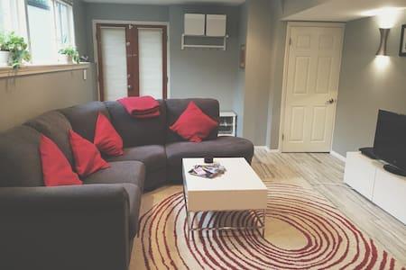Clean +  Modern Basement Apartment - Ház