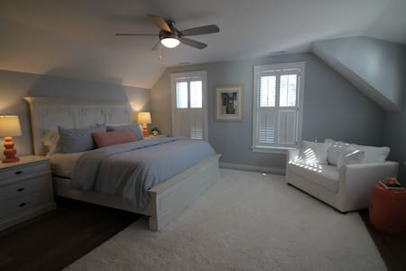 Master bedroom with king bed and private bathroom - Edgartown - House