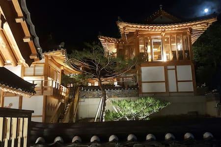 한국 전통한옥의 멋과 호털객실타입의 럭셔리한 실내 - Villa