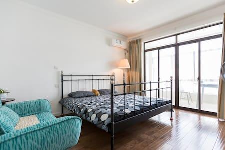 cosy villa in suburbs Shanghai Jiading嘉定新城别墅朝南阳台房 - Bed & Breakfast