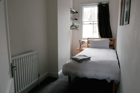 Single Bedroom in Leamington town centre apartment - Royal Leamington Spa - Lejlighed