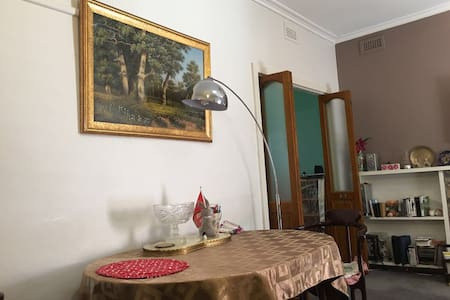 Private room in 4 bedroom house  near Chadstone - Ashwood - House