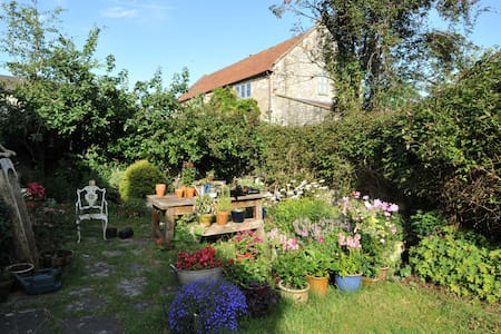 Country cottage in village nr Bath - Huis