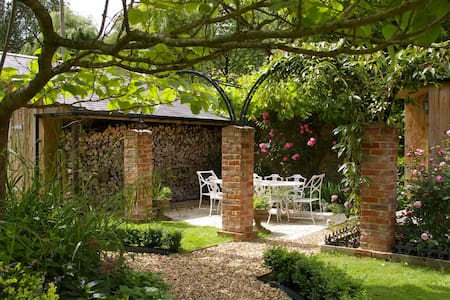 Own entrance via garden courtyard. - Honeywick - Bed & Breakfast