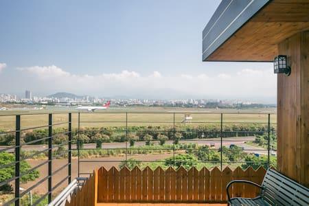 제주공항 낭만제주 통유리를 통해 보이는 아름다운 커플룸 - Casa