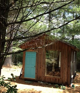 Artsy Pine Cabin in the Woods - Warwick - Srub
