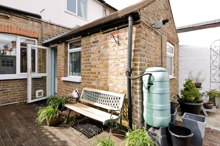 Lovely 2 bedroom home available - House