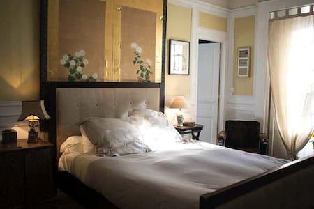 """""""L ÉLÉGANTE"""" - House"""