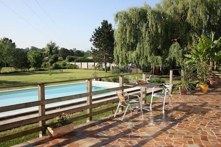 Chambre calme donnant sur piscine, SBD privée - La Brède - Ev