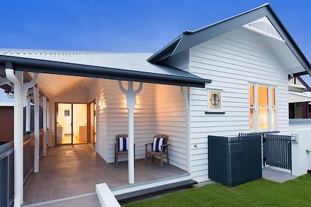 Light Modern Townhouse near Brisbane, Golf, Tennis - Annerley - Wohnung