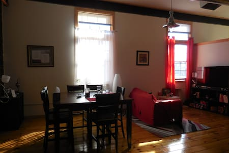 Beautiful light-filled home with a furry friend - Pawtucket - Daire