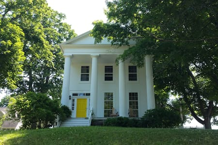Airy and Bright Greek Revival in the Finger Lakes - Ház