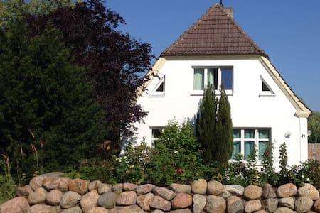 Ferienwohnung BROMBEERE mit großem Garten - Apartamento