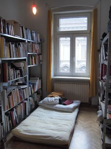 Bed in the libary - Lakás