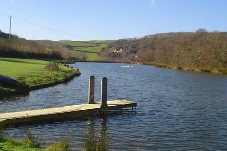 North Devon cottage with private lake - Hus