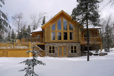 Spacious Luxury Log Home with  private hot tub - Mille-Isles - Alpehytte