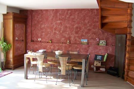 Chambre lumineuse dans maison avec jardinet - House