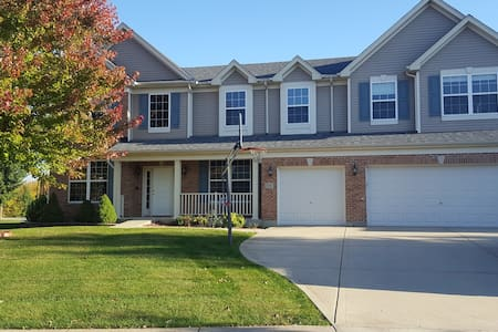 Huge, comfortable 4 bedroom in quiet neighborhood. - Bolingbrook - Ház