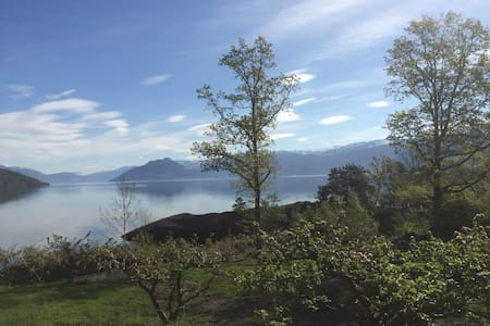 Hardanger Fjord, sunny and fishing - Casa