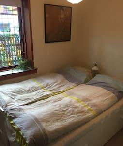 Simpelt rum tæt på Dyreskuepladsen - Casa
