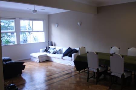 Amazing room, friendly flatmates by the beach! - Rio de Janeiro - Apartment