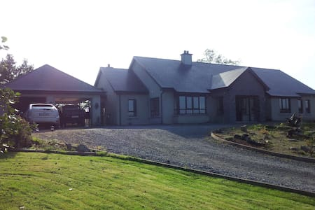 Spacious quiet bungalow Beach Room - Ballyshannon