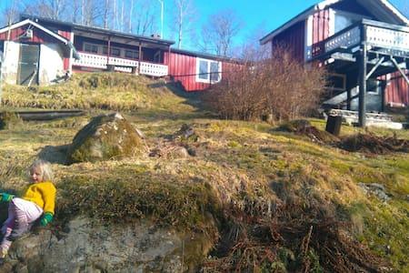 Family friendly/85m2/Småland/creek/trampoline/toys - Hus