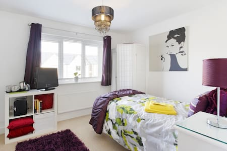 Stylish room new home, fab location - Milton Keynes - House