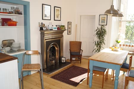 Bright, airy 2 bedroom Victorian flat near beach - Apartment