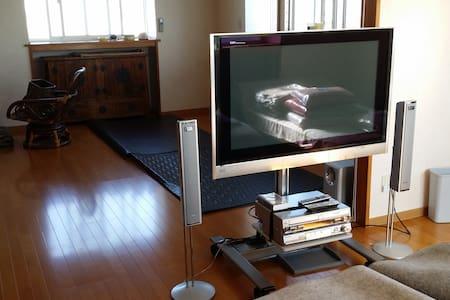 リビングルームとベッドルームワンルームで布団を敷けば人数は何人でも。 - Hachinohe-shi