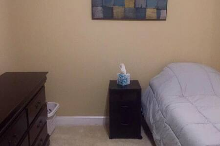 Private bedroom close to Vidant Medical Center - House