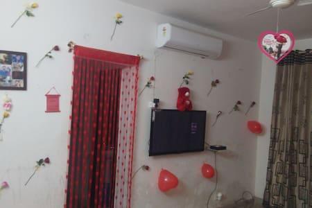 1 private room in 3 BHK Apartment - Zirakpur - Lägenhet