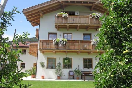 Gemütliche Mansardenwohnung (Fewo) in Südtirol - Lejlighed