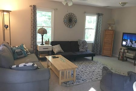 Cozy, Wooded Retreat/Easy Drive to UGA and GA Tech - Lakás