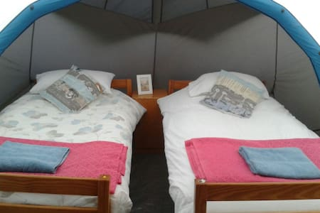 cosy overnight stay - near airport - Telt