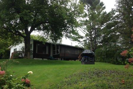 Chaleureuse maison au bord du Lac Magog - Chalet