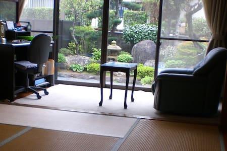 床の間と日本庭園付の和室 - House