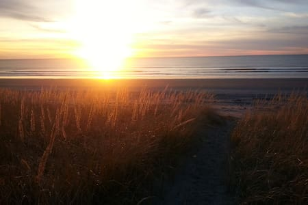 Peaceful and quiet neighborhood Private beach trail to the ocean Protected sand dunes between ocean and house Popular beach for razor-clamming Plenty of wildlife - deer, elk, birds June 16-Sept 15  - 4 nights min stay Pet fee $25 for entire stay