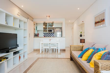 Super cool, stylish, fully furnished apartment in ITAIM, São Paulo's fanciest neighbourhood. Wi-fi and all kitchen appliances you may need. Surrounded by top restaurants and pubs  in a central business hub! Enjoy the best clubs of Sampa by walk!