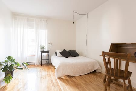 Spacious bedroom in the Mile-End - Appartamento