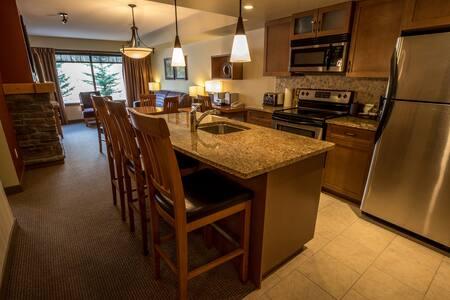 1 Bedroom + Den Wilderness Retreat near Canmore - Condominium